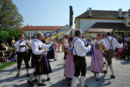 Maibaumtanz auf Schloss Hof