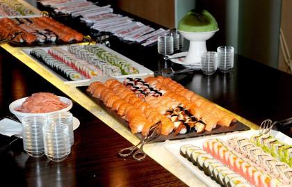 Linsberg Asia - hausgemachte Sushi- und Maki-Buffet beim Deluxe Frühstück.