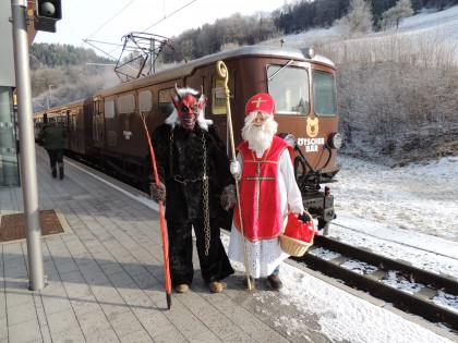 Nikolaus und Krampus vorm Ötscherbär
