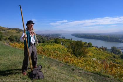 Schiffsleut`und zwielichte Gestalten in Stein an der Donau