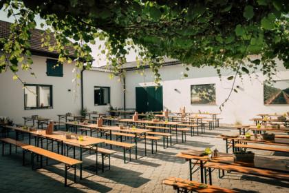 Lauschiger Innenhof im Weingut Bischof
