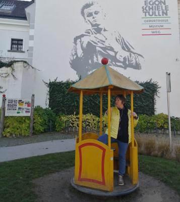 Barbara vor dem Egon Schiele Museum in Tulln