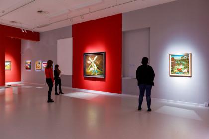 Eine Ausstellung lotet die Grenzen der Naiven Kunst aus.