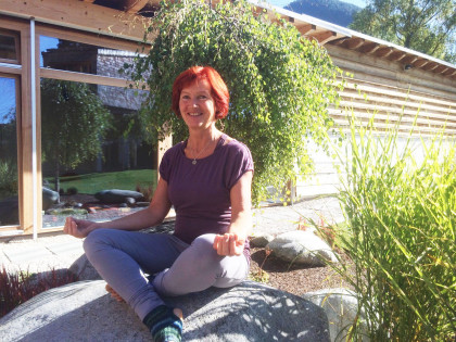 Yoga im Garten mit Hilde Geiger