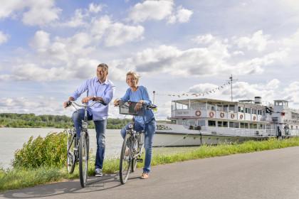 Radfahren an der Donaulände in Tulln