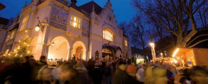 Festlich beleuchtetes Stadttheater Berndorf