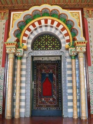 """Das Portal des Maurischen Klassenzimmers nimmt sich die Kathedrale zu Cordoba mit dem """"Goldenen Tor"""""""