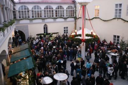 Besucher im Schlosshof