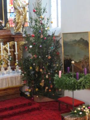 geschmückter Christbaum in der Pfarrkirche Loiben