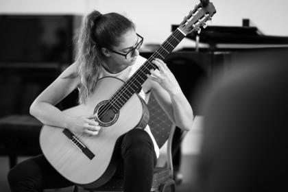 Gitarrenschülerin im Konzert