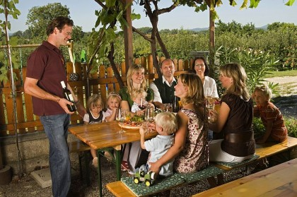 Warme Tage genießt man am besten in der lauschigen Weinlaube.
