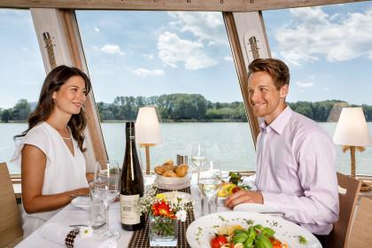 Paar beim Essen der Wachauer Jause
