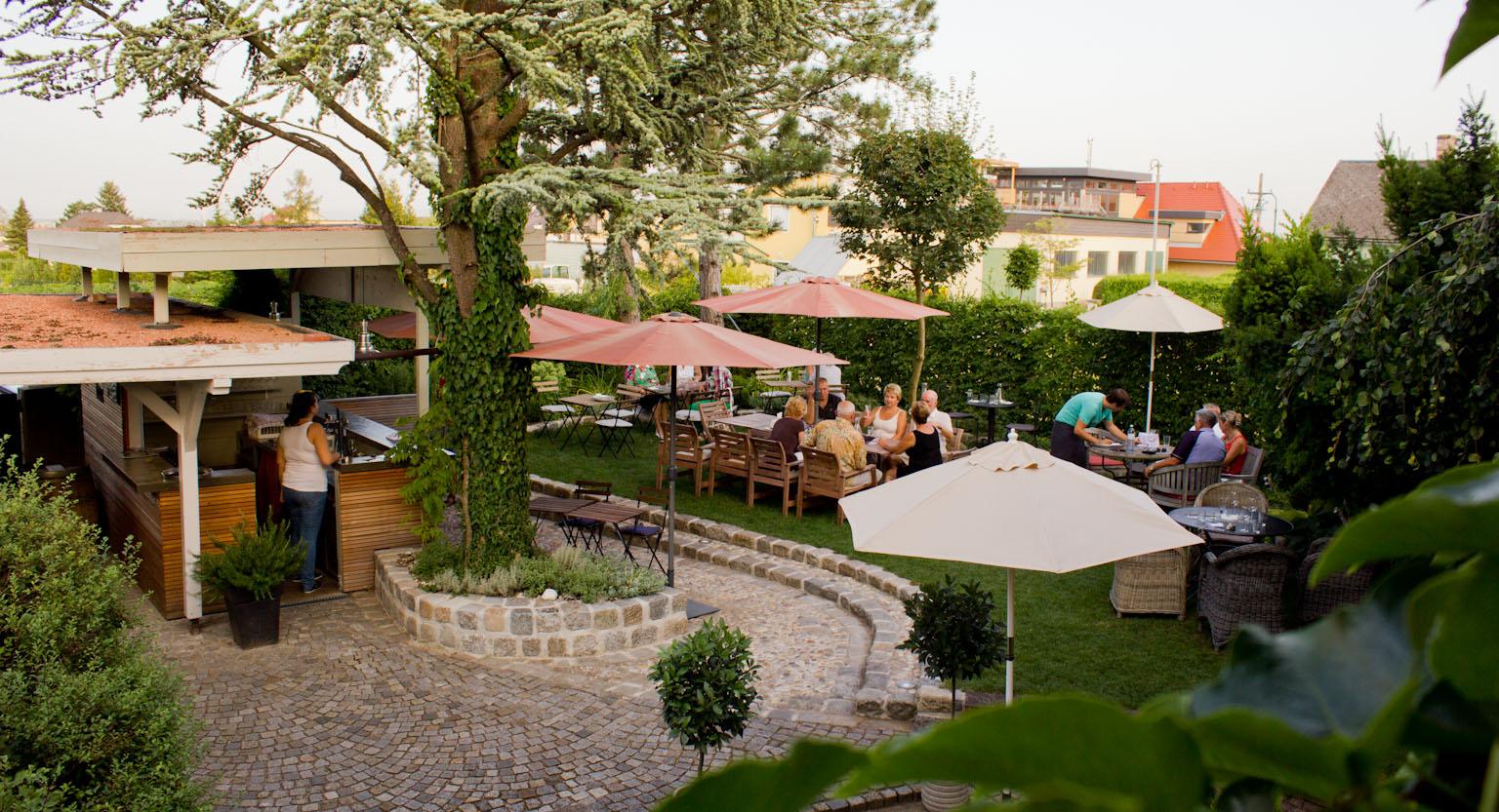 Heurigengarten mit Bar-Bereich