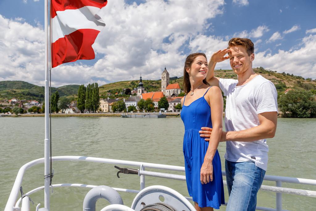 Paar am Schiffsdeck in Stein