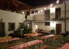 Der Innenhof bietet in der Nacht Schutz vor kühlen Lüfterln