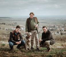Hans Peter, Hans und Maximilian Topf sorgen auf ihrem Strasser Weingut für Genuss.