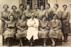 Arzt mit Pflegerinnen