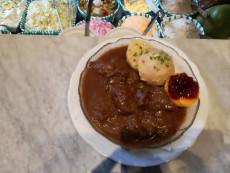Damhirsch-Gulasch mit Semmelknödel