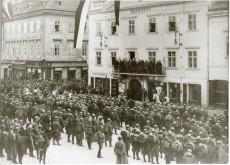 Soldaten am Hauptplatz von Wiener Neustadt