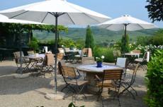 Gastgarten mit Blick auf die Weinstadt
