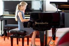 Junge Teilnehmerin im Konzert