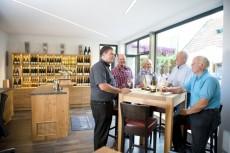 Gespräche mit dem Hausherrn bei einem guten Glas Wein
